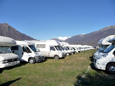 L'ampio e pianeggiante spazio che ospita i camper partecipanti al raduno