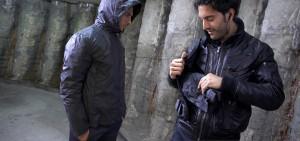 In caso di pioggia basta estrarre l'impermeabile dalla tasca dedicata e indossarlo sopra la giacca.