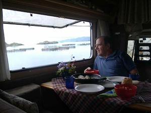 Stojan scruta l'amata Norvegia dal proprio camper